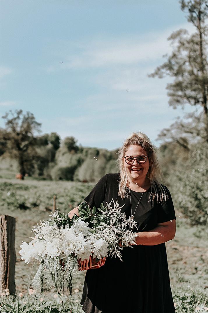 Nanna fra lynbo event viser blomster frem til bryllupper brudepar og bytinajakobsen