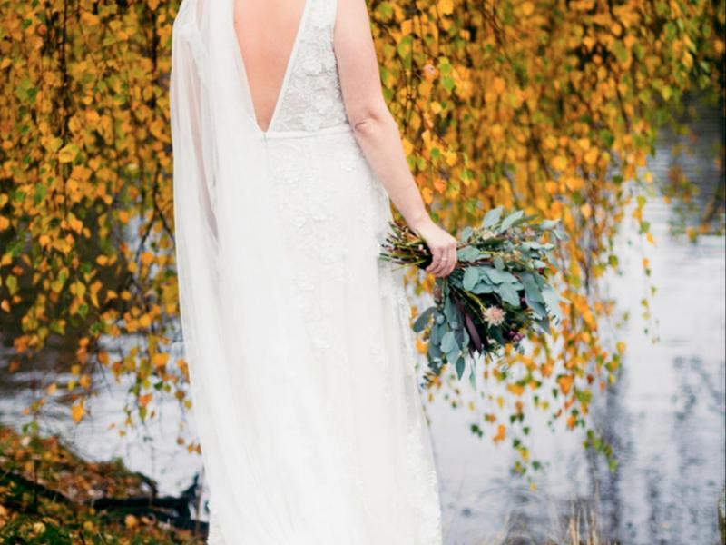 smuk efterårs brud med brudekjole og styling